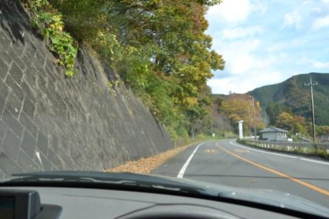 梅田湖に向かう途中の道路
