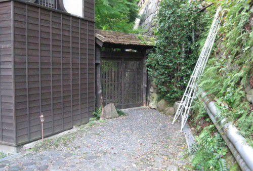 文人の湯入口の門