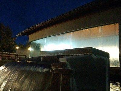 露天風呂から内湯の建物を見る