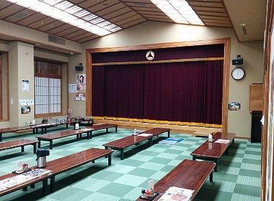 ステージのある大広間