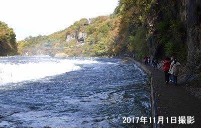 吹割の滝の横の遊歩道の様子