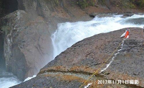 増水時の鱒飛の滝
