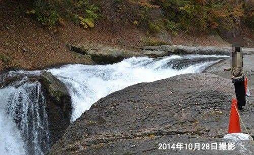 すぐ近くで見られる鱒飛の滝