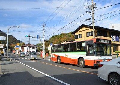 吹割の滝前バス停に停車した路線バス