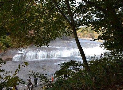 お店の庭先から見えた滝の景色2