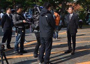 取材を受ける桐生亀山市長