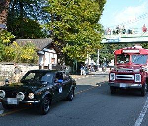 ラリーレースに出たクラシックカーとボンネットバス