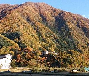 山の中腹部にある仙郷の建物