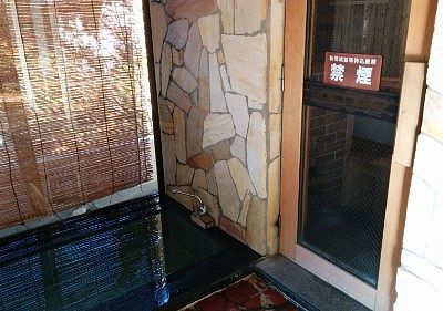 サウナのドアと水風呂