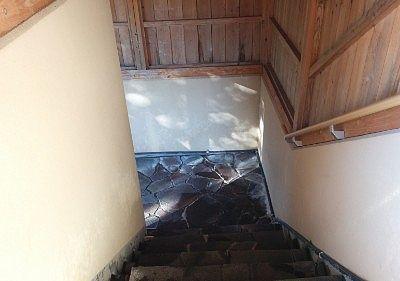 内湯と露天風呂をつなぐ階段
