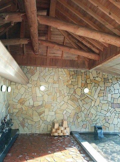 内湯の天井と壁面