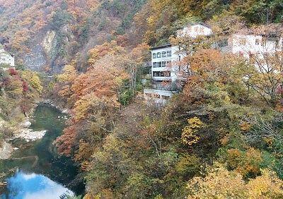 渓谷沿いにある餃子の満洲東明館の外観