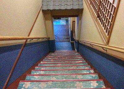 一階げ降りる階段
