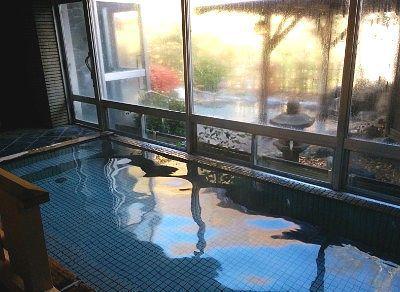 内湯とガラスの先の露天風呂