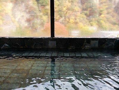 内湯とガラスの向こう側の景色