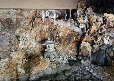 大きな岩がむき出しの露天風呂