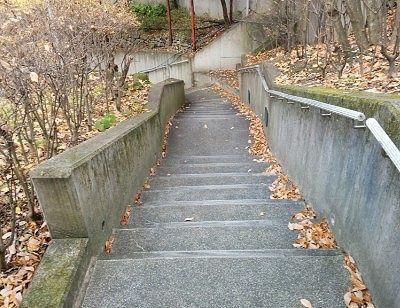 足湯に向かう階段