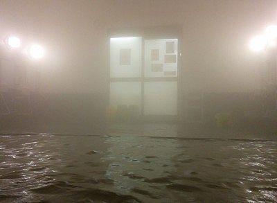 湯舟に浸かって入り口方向を見る