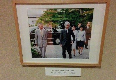 千明仁泉亭玄関前の秋篠宮殿下ご夫婦