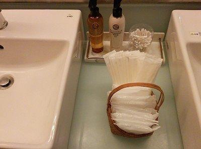 綿棒、モイスチャーローション、モイスチャーミルク、櫛、シャワーキャップ