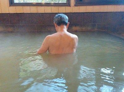 胸の高さまで来る浴槽の深さ