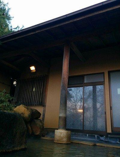 露天風呂と内風呂との屋根の様子