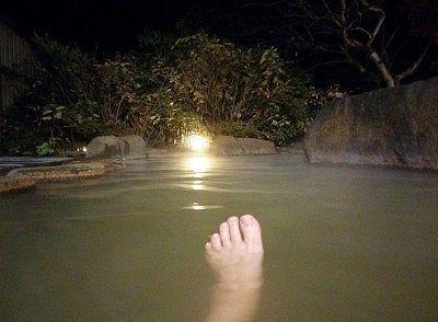 夜の露天風呂に浸かってるところ
