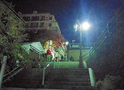 千明仁泉亭前石段の様子