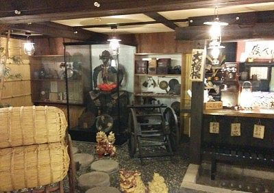 フロント横の武具などが置かれた展示スペース