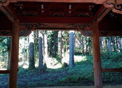 山門の中から見た参道の様子