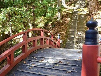 赤い橋と石段