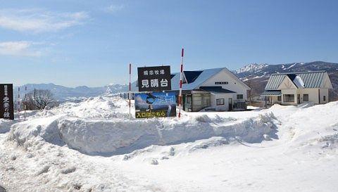 雪に埋もれた嬬恋牧場の建物