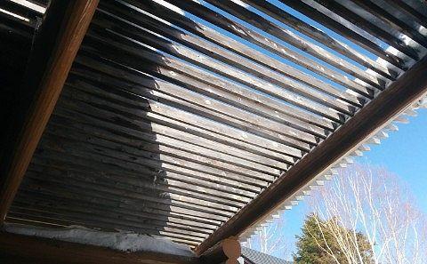 雪は積もった露天風呂の屋根部分