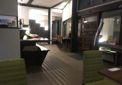 フロント前のカフェのテーブル席の様子
