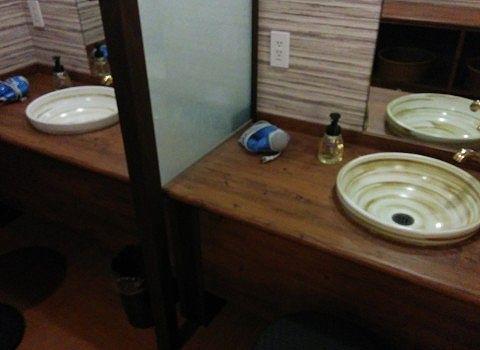 男湯脱衣所の洗面台の様子