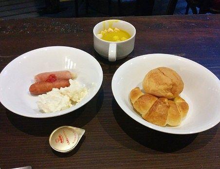 朝食のパンとウインナーなど