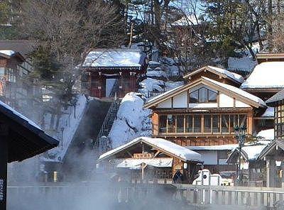 冬の光泉寺の山門と御座の湯