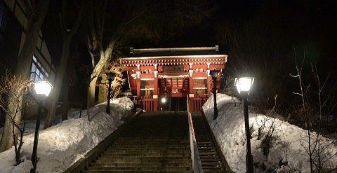 ライトアップされた光泉寺の山門