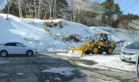 駐車場で作業中の雪かき車