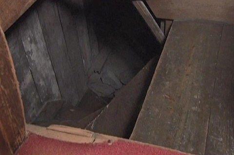 押し入れの床を外すと隠し階段