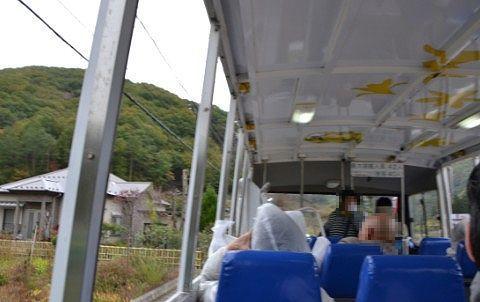道路を走ってる時の水陸両用バスの車内の様子