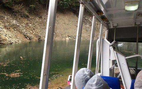 ダム湖に水陸両用バスが入る前の様子