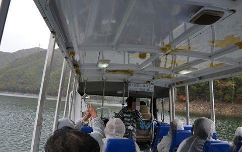 ダム湖の上の水陸両用バスの車内の様子
