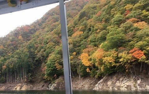 ダム湖の紅葉や自然の景色
