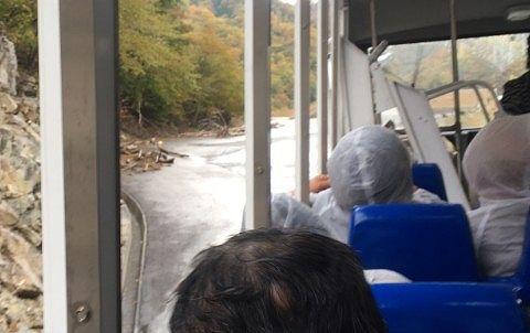 ダム湖から道路に出た水陸両用バス