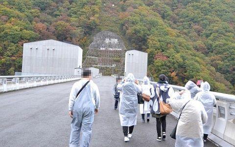 湯西川ダムの上を歩いてる様子