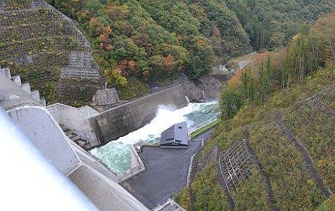 湯西川ダムを上から見た様子