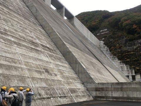 湯西川ダムのコンクリート壁を下から見上げた様子