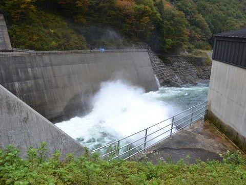 湯西川ダムも放水部分