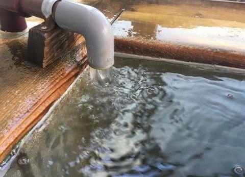 内湯の源泉注ぎ口